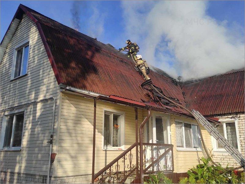 В пригороде Брянска горящий частный дом тушили два часа