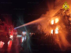 Брянские пожарные в полночь тушили дом в Малом Кузьмино