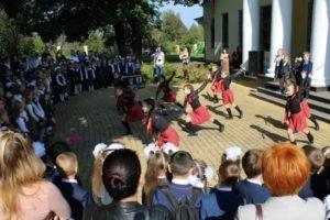 Брянских школьников посвятили в первоклассники в Овстуге
