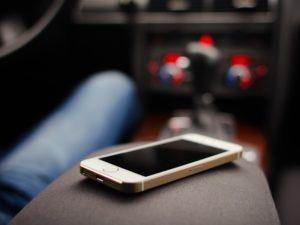 В Брянске таксист не вернул забытый пассажиром телефон. И ответит за кражу