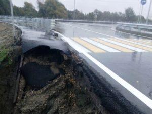«Выборный» дождь размыл в Брянске новую дорогу, торжественно открытую перед выборами