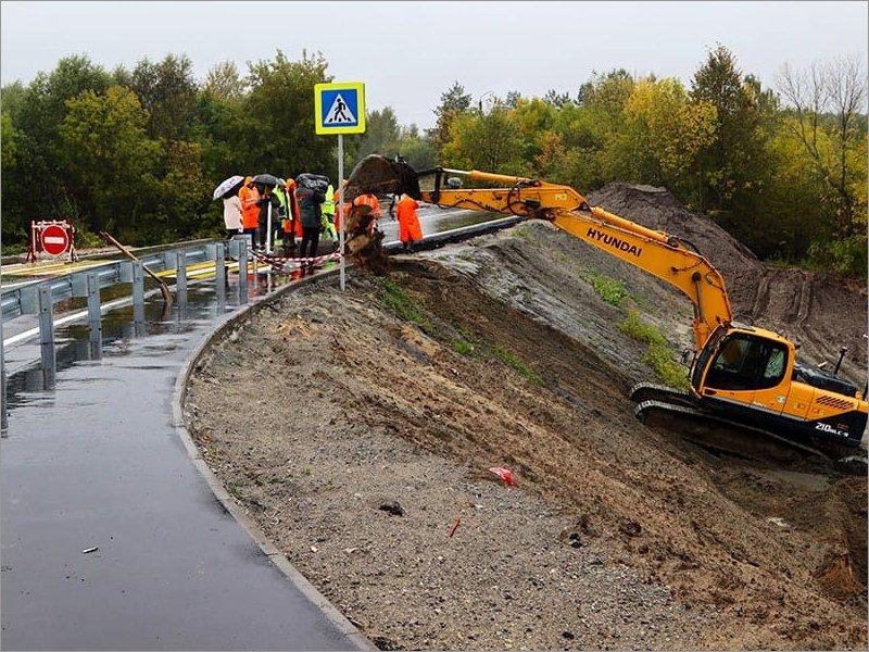 Дорожники начали ремонт провалившегося участка только что открытой дороги-дамбы. Несмотря на продолжающийся дождь