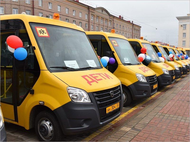 Брянский губернатор торжественно вручил ключи от 20 новых школьных автобусов. И написал об этом в соцсети