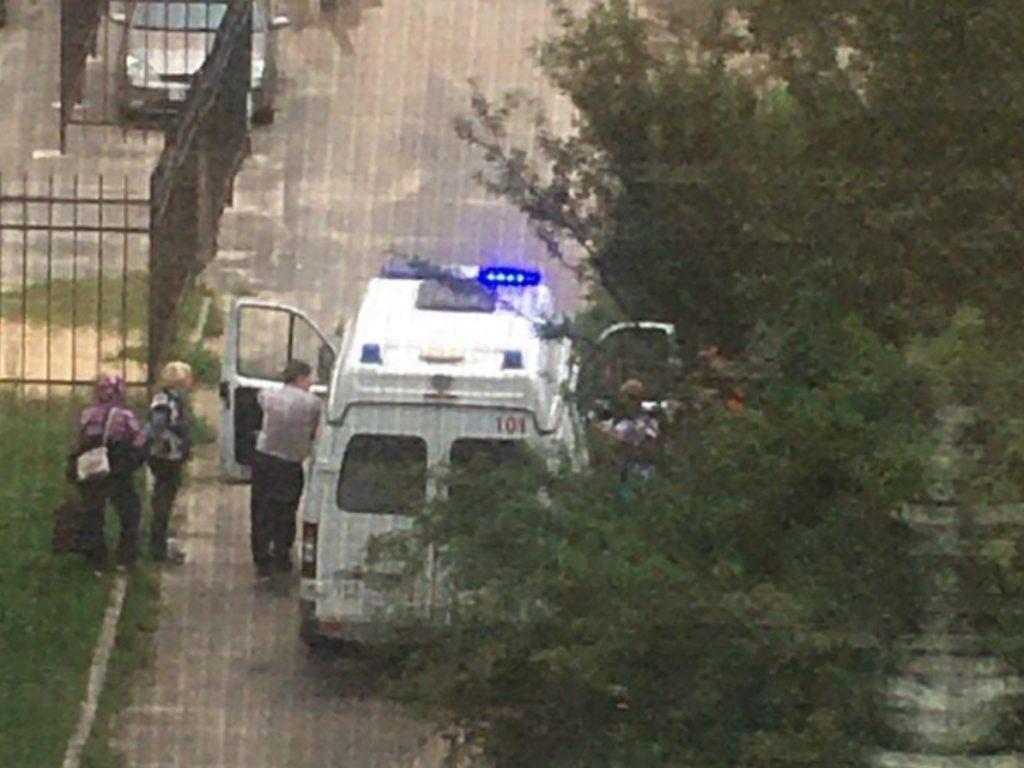 В Брянске девочка повредила позвоночник после падения на детской площадке. Следователи проведут проверку