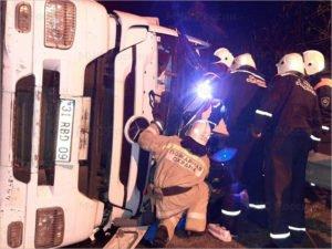 В Карачеве завалился набок турецкий Mercedes, водитель в больнице