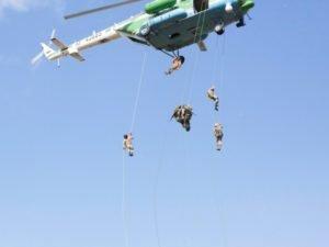 Брянских таможенников выбросили с вертолёта без парашютов. На учениях