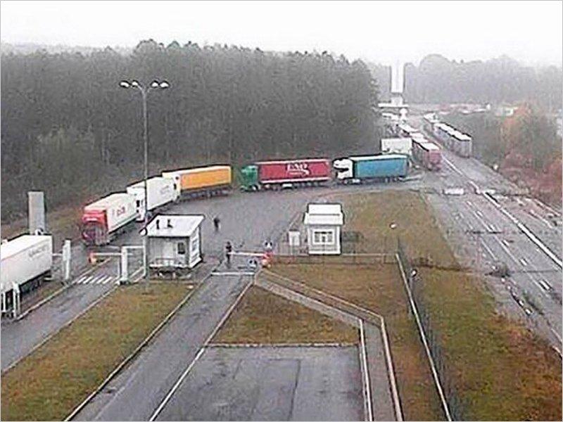 На российско-украинской границе образовалась очередь из грузовиков на выезд