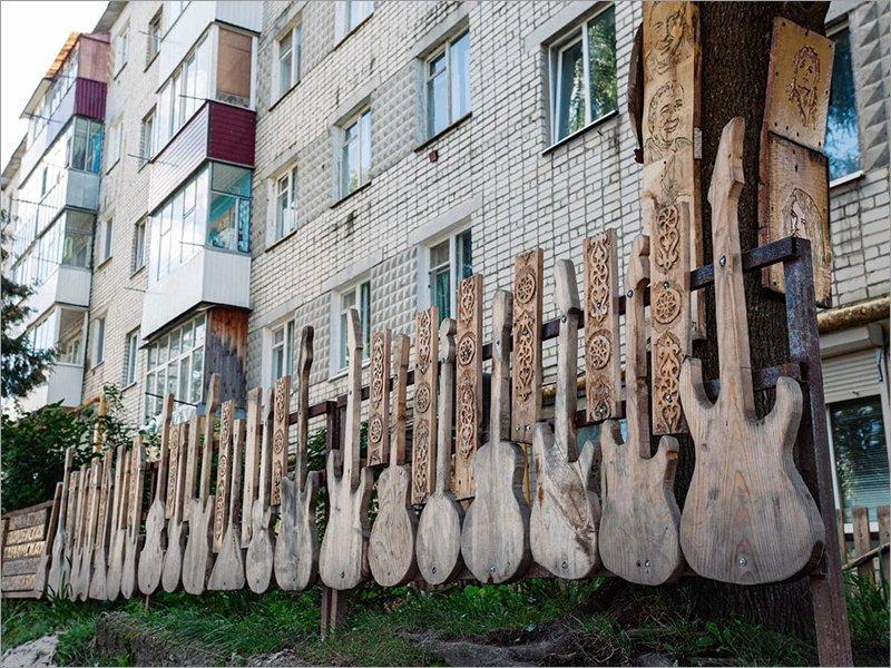 Навлинский рок-забор претендует на титул самого необычного народного арт-объекта России