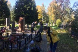 «Память поколений»: брянские студенты и активисты «ЕР» убрались на кладбище